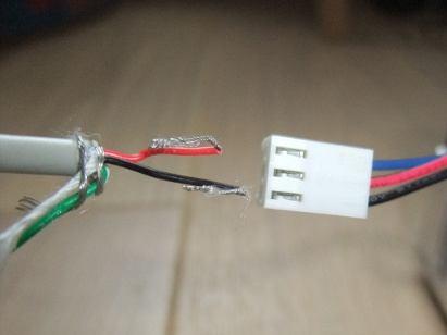 Photo de l'extrémité du câble dénudée et du connecteur