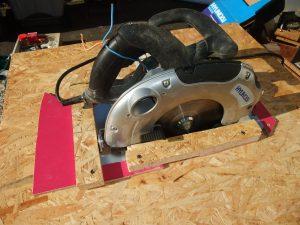 Photo de la scie circulaire fixée pour en faire une scie sur table.