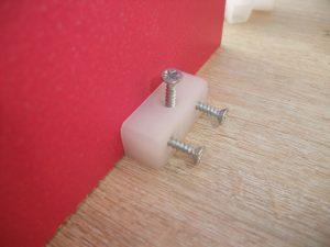 Système plastique permettant de fixer 2 planches à angle droit