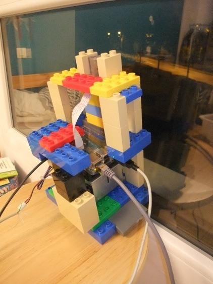 Photo de mon Raspberry + module caméra avec ventilateur dans un boitier en Loego