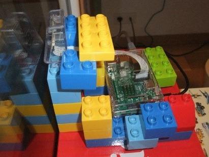 Photo d'une sorte de boitier pour Raspberry et module caméra réalisé en gros légo pour enfants