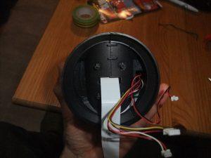 Image montrant le câble plat passant dans l'encoche du socle