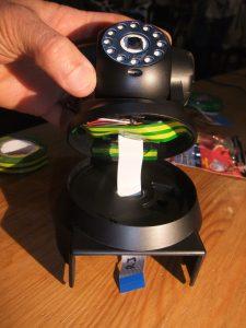 Photo du câble plat passant dans la base par l'orifice existant