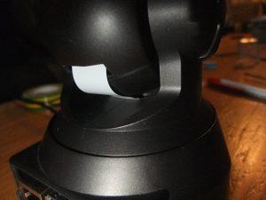 Photo montrant en détail le passage du câble entre la boule et la base tournante