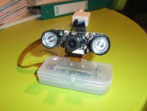 Photo d'une caméra de surveillance faite avec un Raspberry Zero et un module caméra à l'aide d'une boite pour clef USB